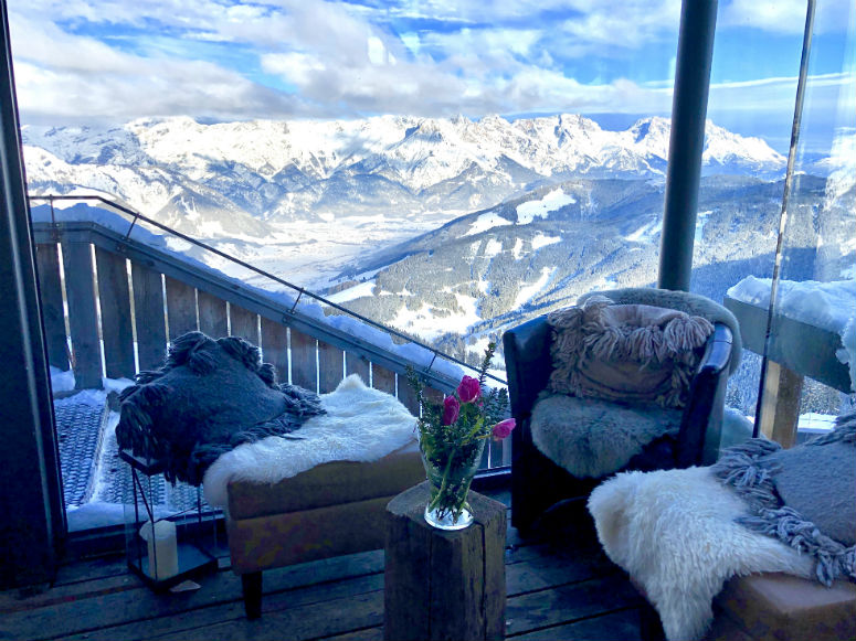 Blick durch Glasscheibe auf Berglandschaft mit Schnee