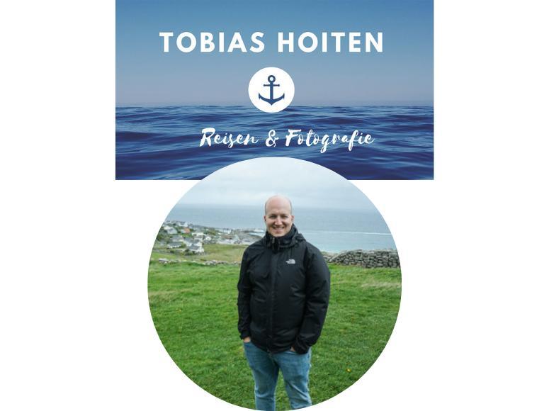 Reiseblogs, Mann steht auf Wiese vor Meer