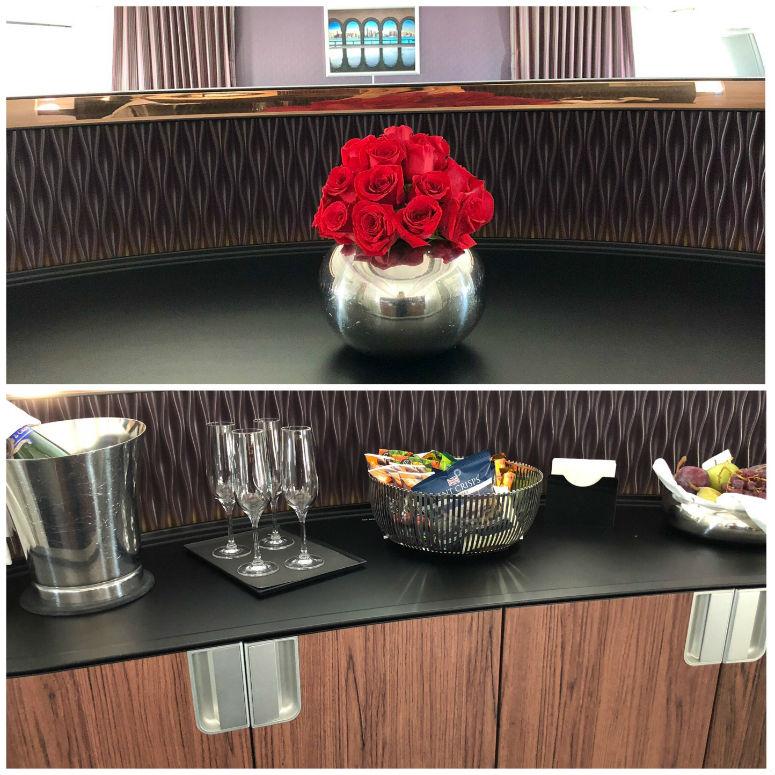 Die kleine Bar mit Rosen, Sekt, Obst und Snacks