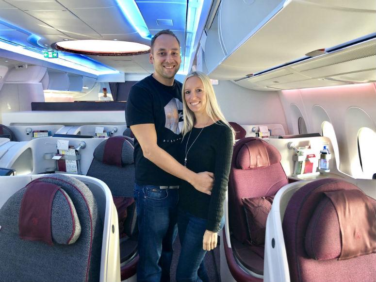 Mann und Frau stehen in Qatar Airways Business Class