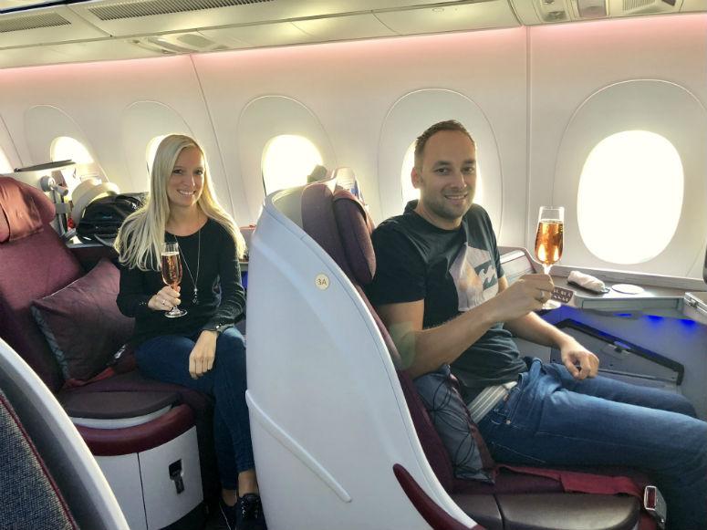 Mann und Frau in Business Class Qatar Airways