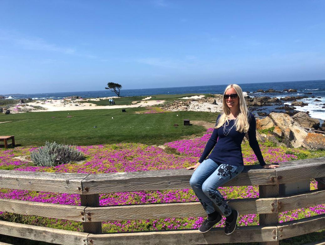 Frau sitzt auf Zaun am 17 Miles Drive an der Westküste USA