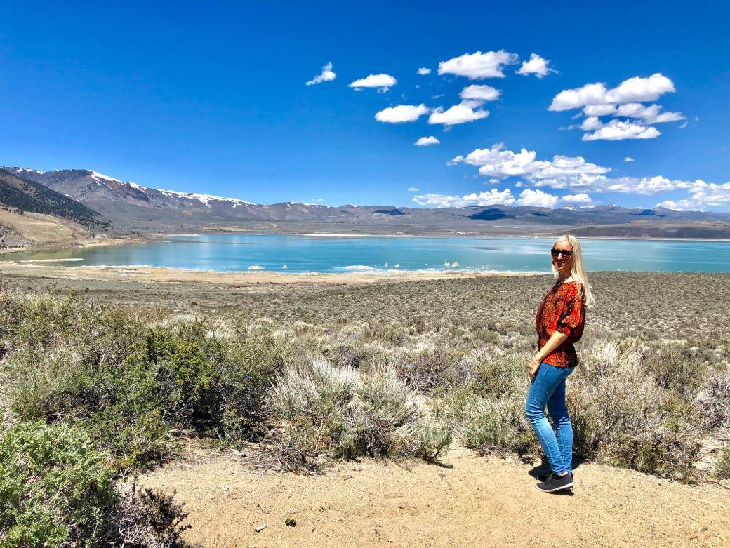 Frau steht vor Mono Lake