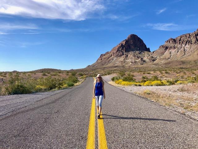 Frau steht auf Straße Route 66 an der Westküste USA