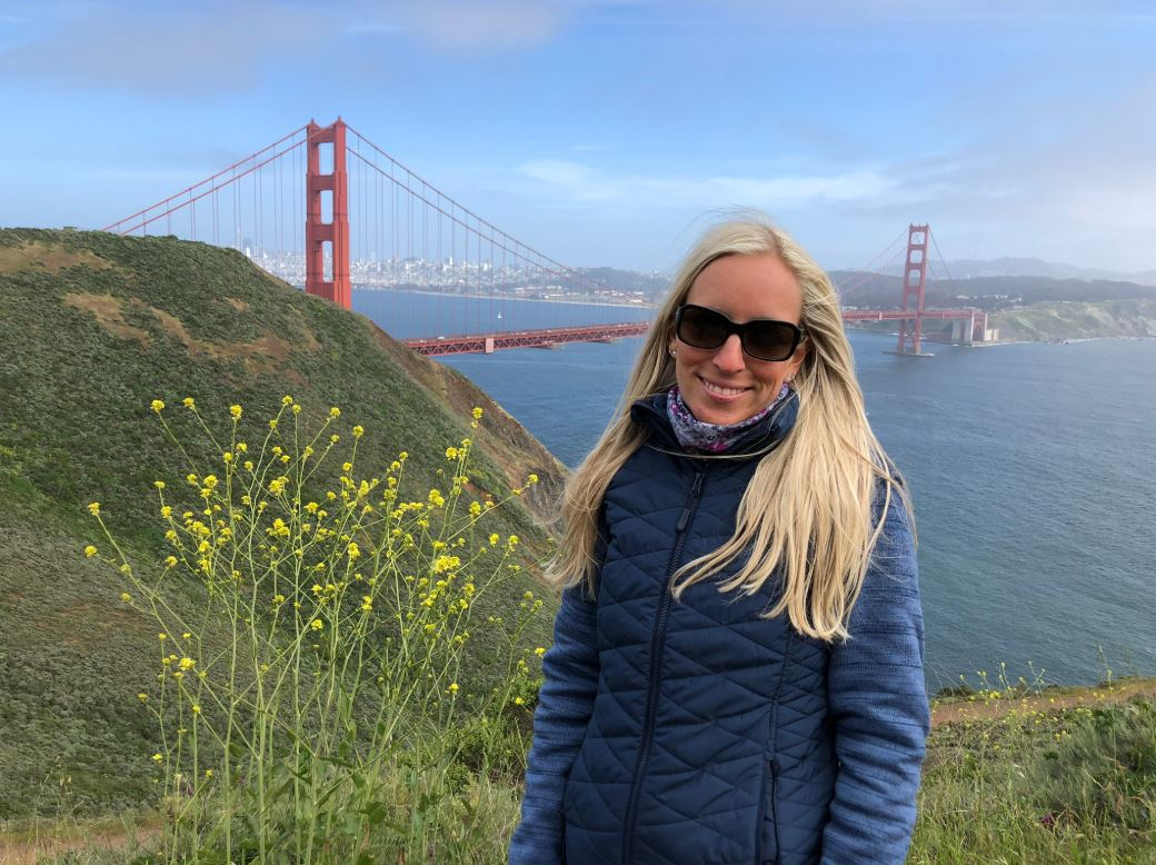 Frau steht vor Golden Gate Bridge San Francisco