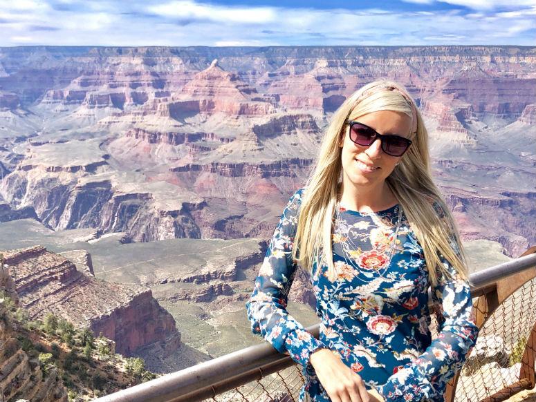 Frau steht vor Grand Canyon an der USA Westküste