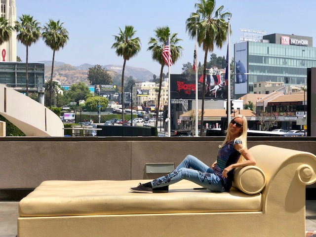 Frau auf Sessel in Hollywood in Los Angeles