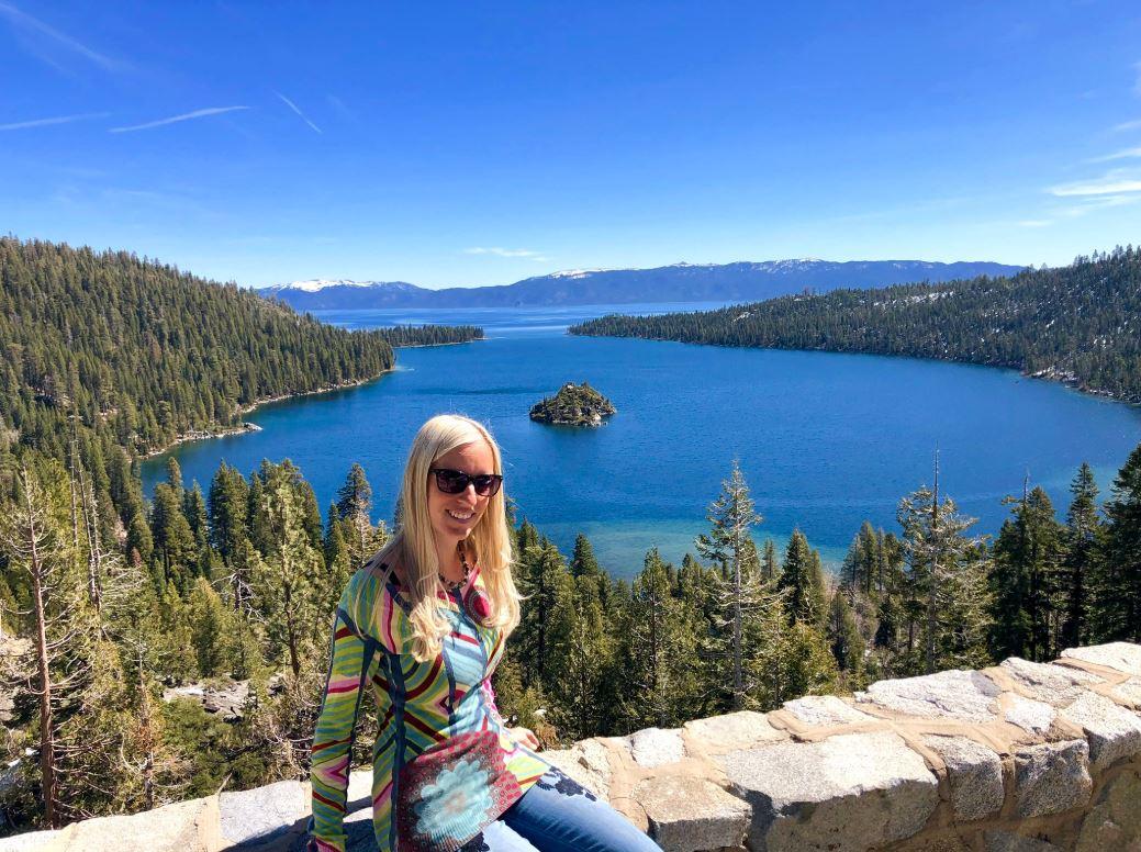 Frau auf Mauer vor Lake Tahoe an der Westküste USA
