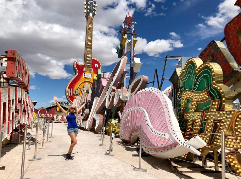 Frau im Neonmuseum Las Vegas