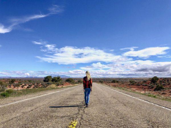 Frau auf Straße Westküste USA