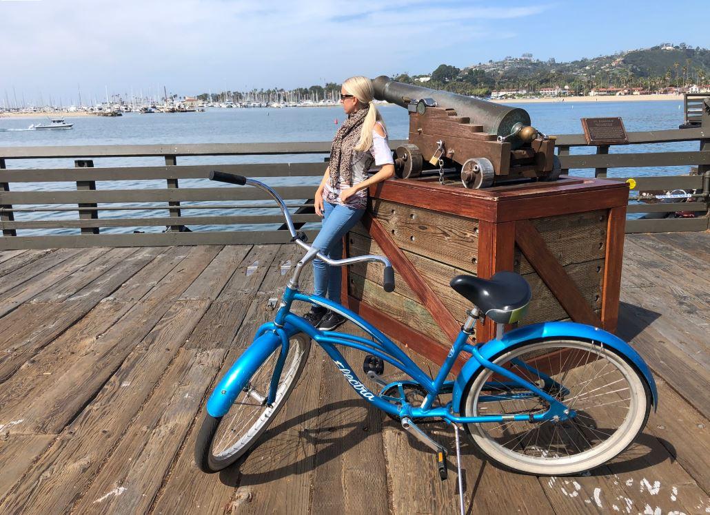 Frau mit Fahrrad steht am Pier in Santa Barbara an der Westküste USA