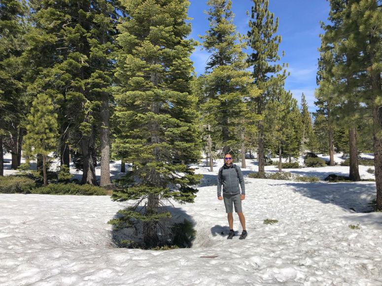 Mann in kurzer Hose im Schnee