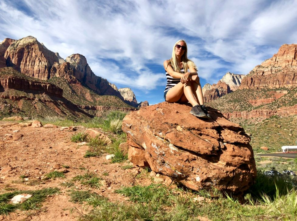 Frau auf Felsen im Zion Nationalpark