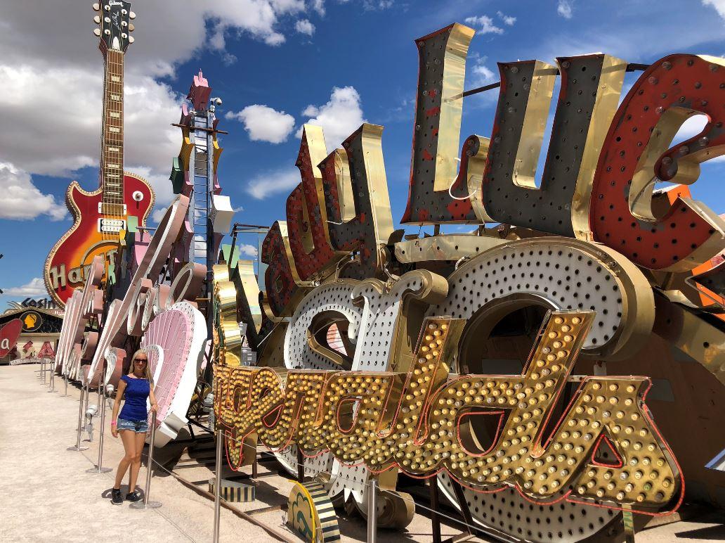 Las Vegas Sehenswürdigkeiten, Frau vor alten Leuchtreklamen