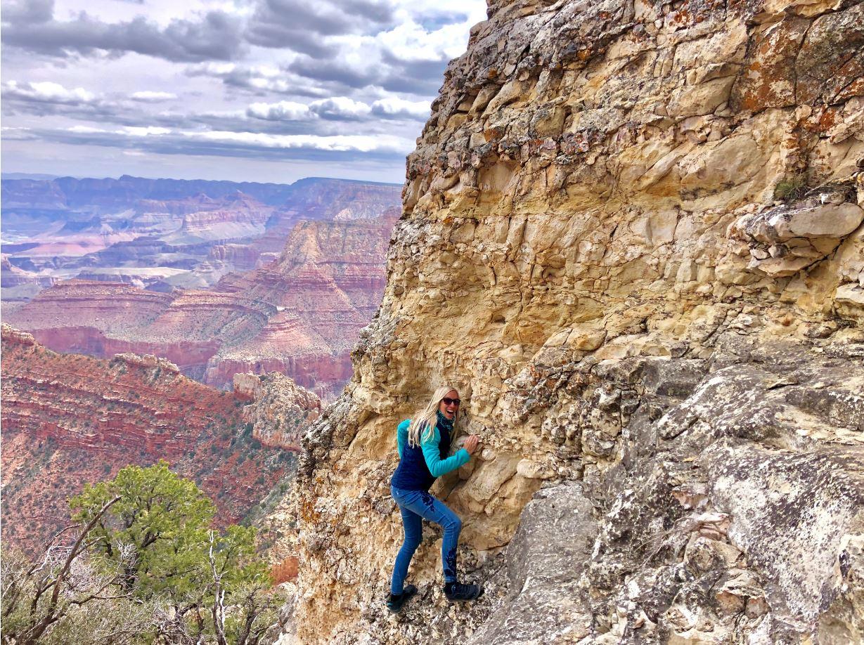Frau steht am Grand Canyon, Nationalparks der USA