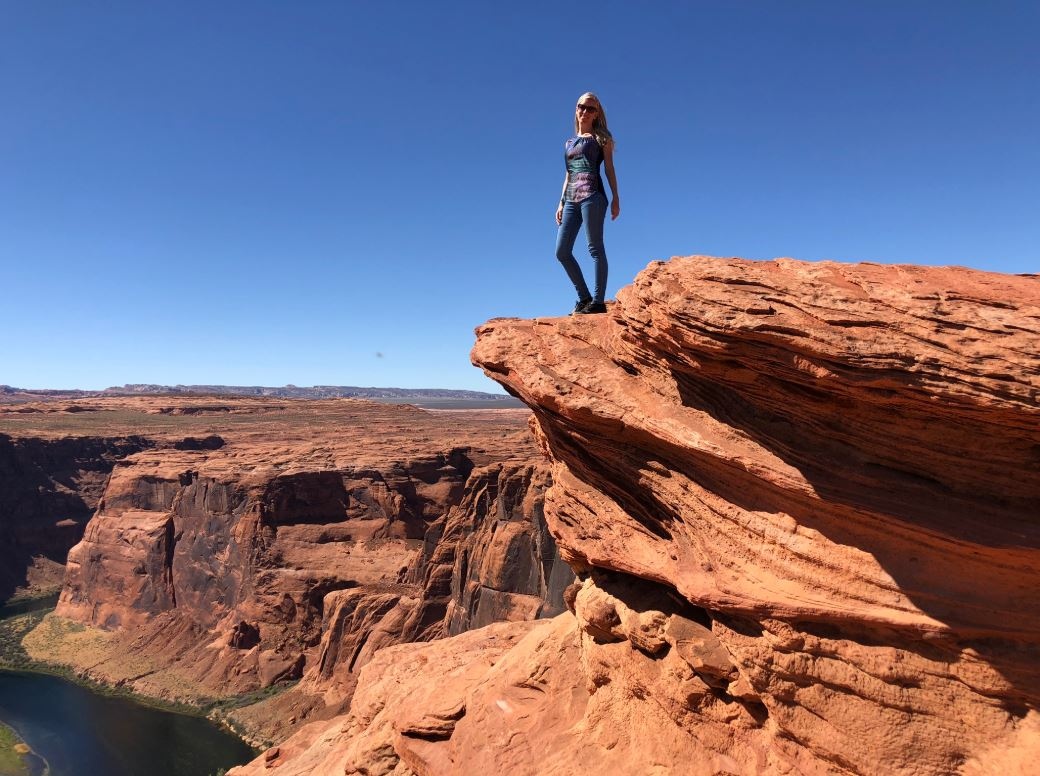 Horseshoe Bend, Frau steht auf Felsen