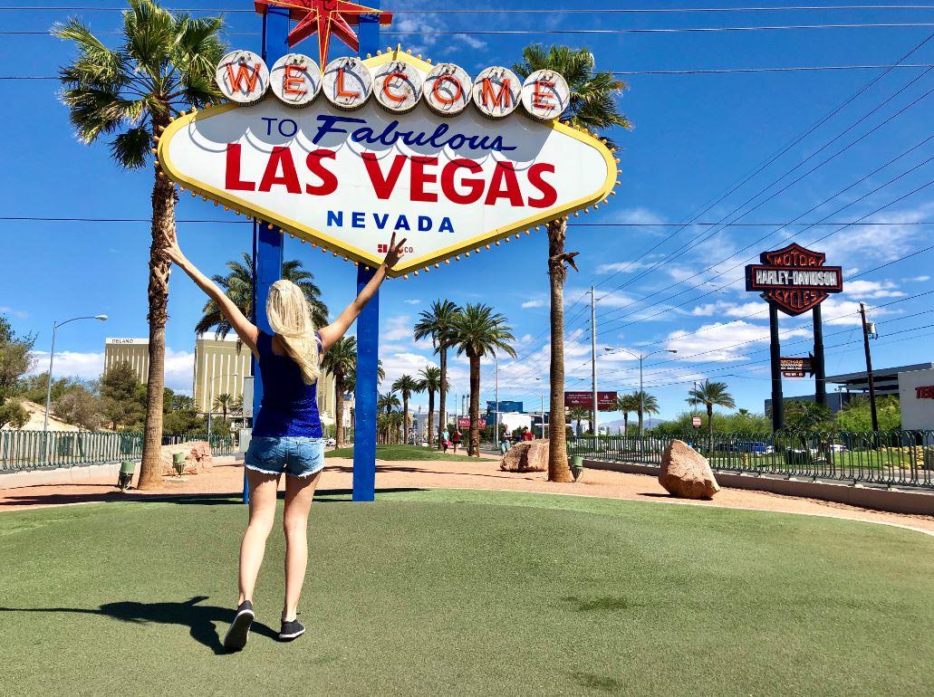 Las Vegas Sehenswürdigkeiten, Frau vor Las Vegas Schild