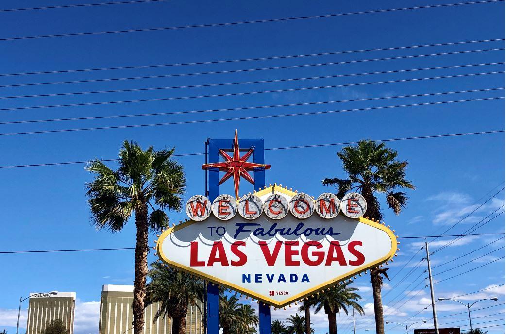 Frau steht vor Las Vegas Sign