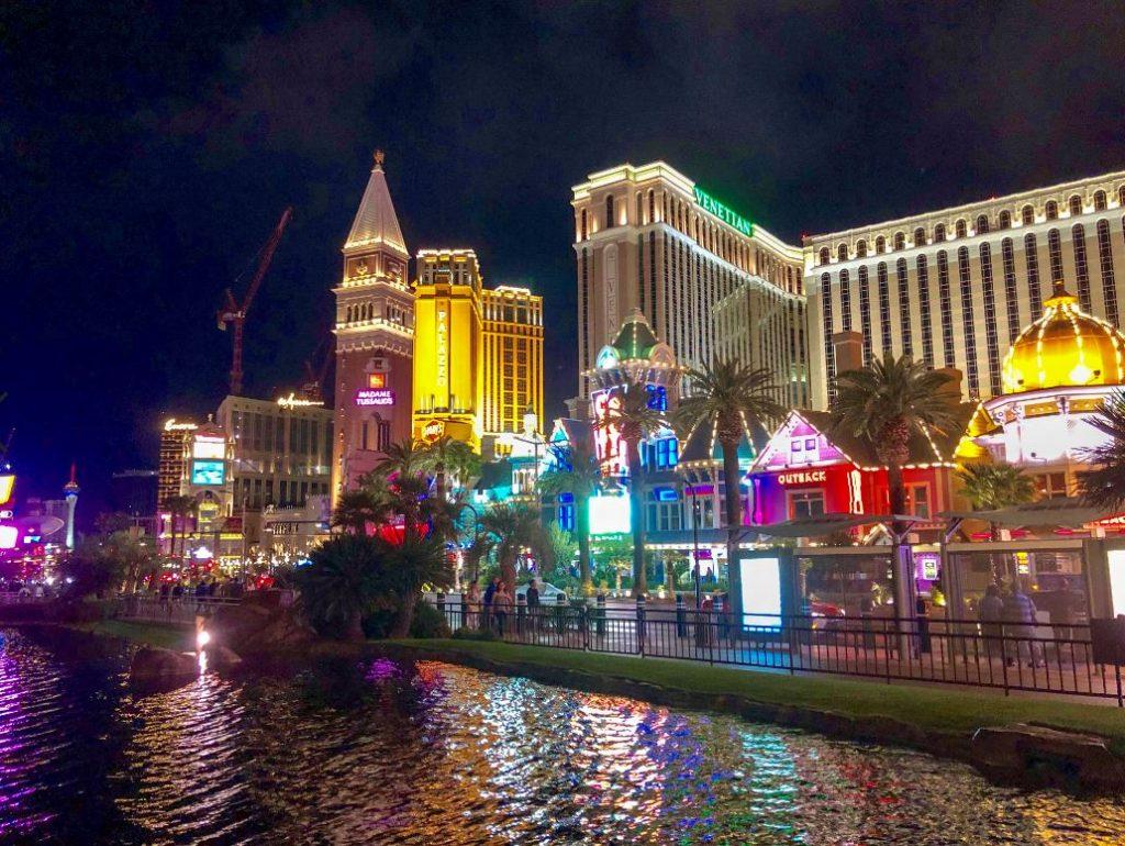 Bunt beleuchtete Gebäude in Las Vegas bei Nacht