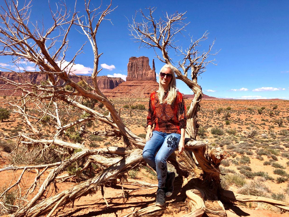 Nationalparks der USA, Frau vor Marlboro-Felsen Monument Valley