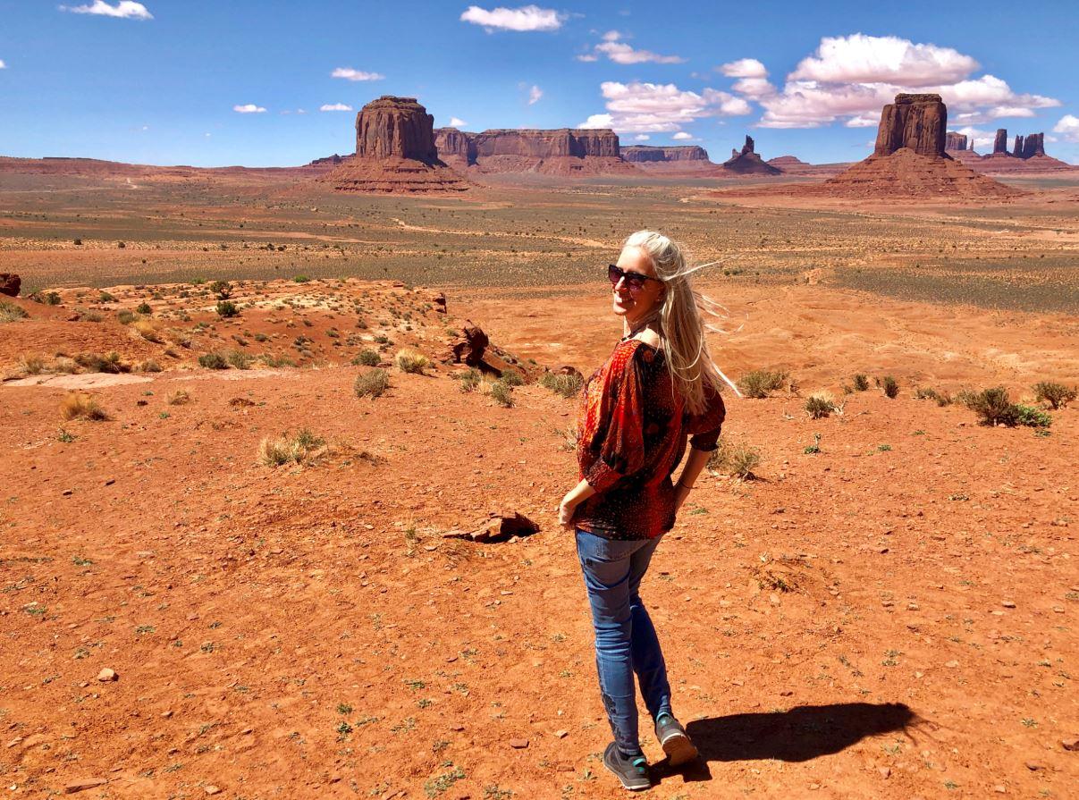 Nationalparks USA, Frau steht im Monument Valley