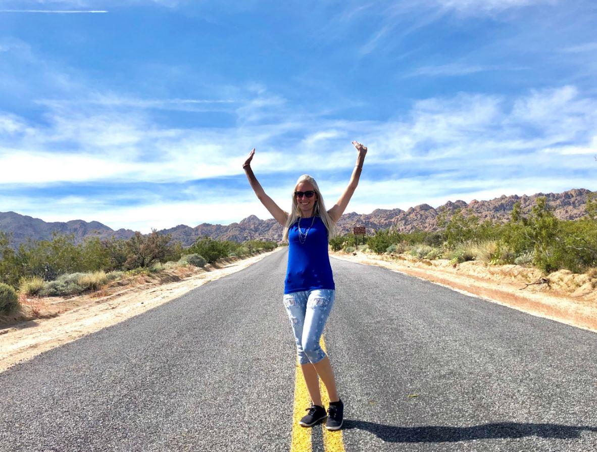 Nationalparks der USA, Geld sparen mit Jahrespass, Frau steht auf Straße