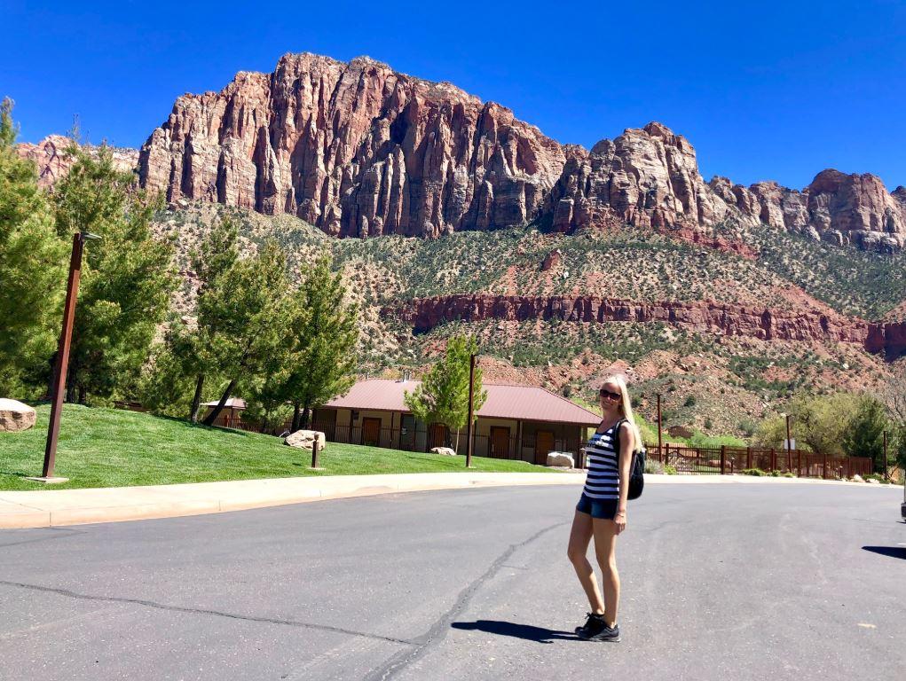 Zion Park, Frau steht vor bunten Bergen
