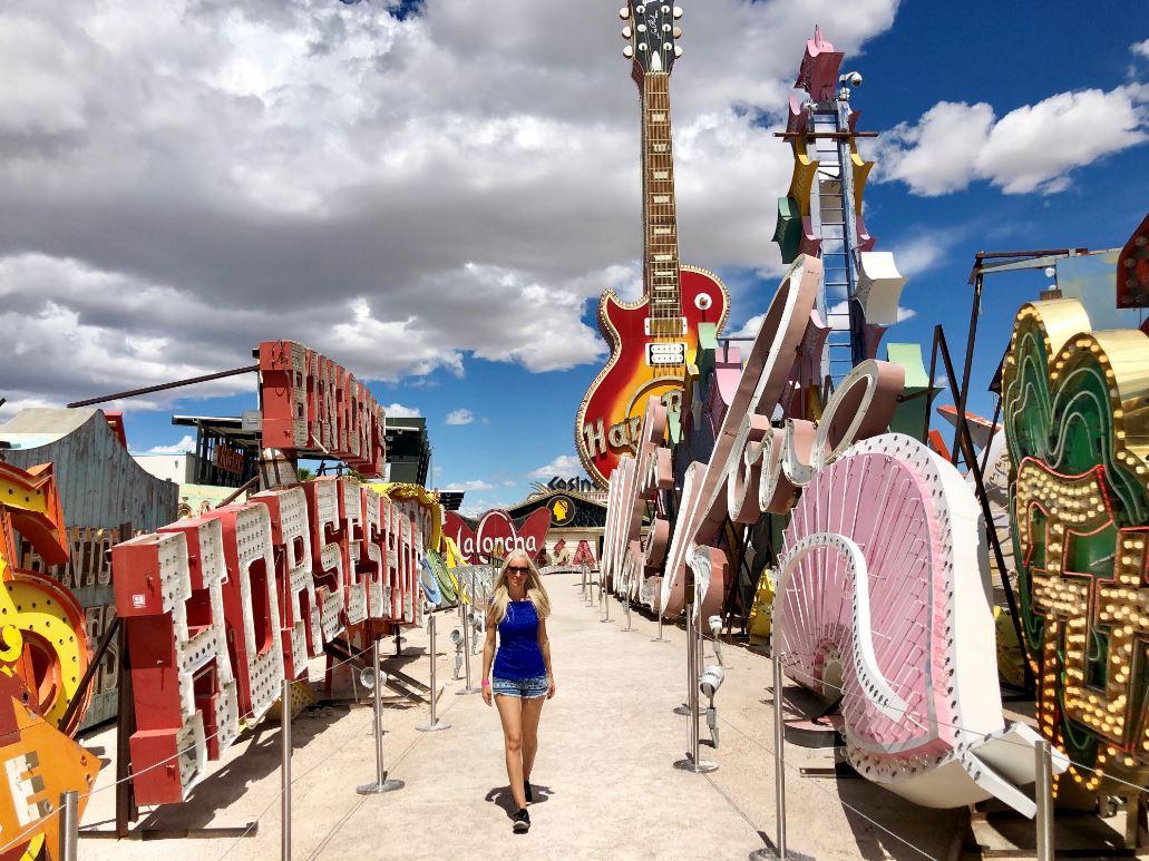 Las Vegas Sehenswürdigkeiten, Frau vor alten Schildern im Neon Museum