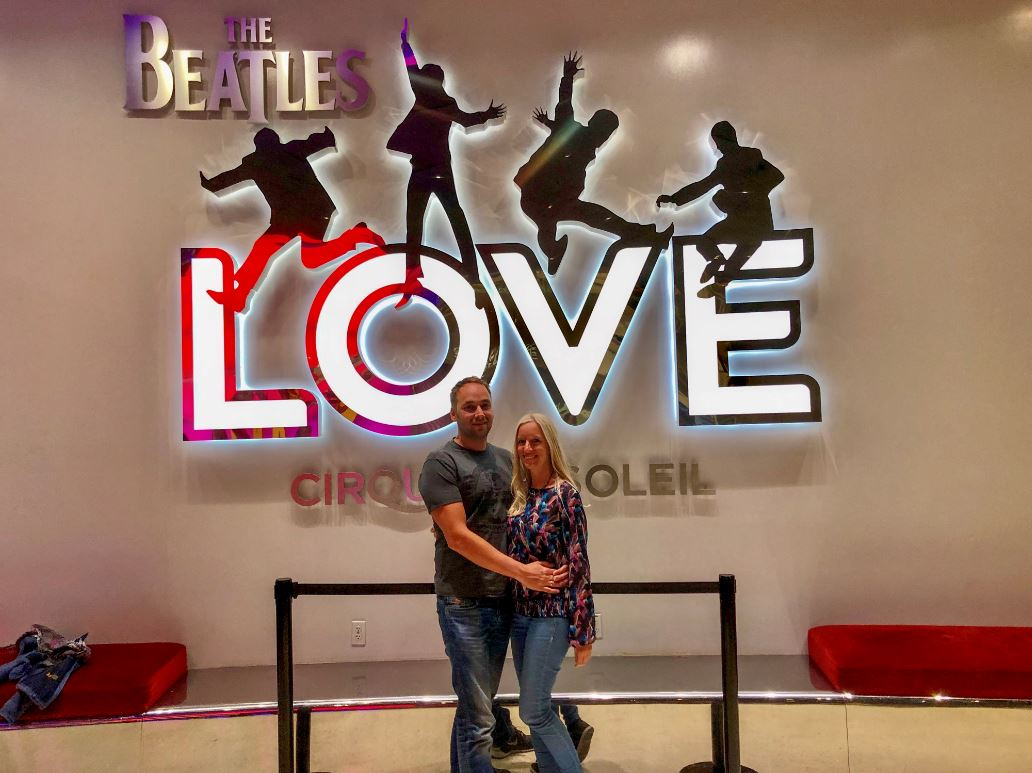Show The Beatles Love in Las Vegas, Pärchen vor Logo
