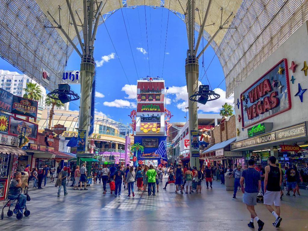 Las Vegas Sehenswürdigkeiten, bunten Treiben in der Fremont Street
