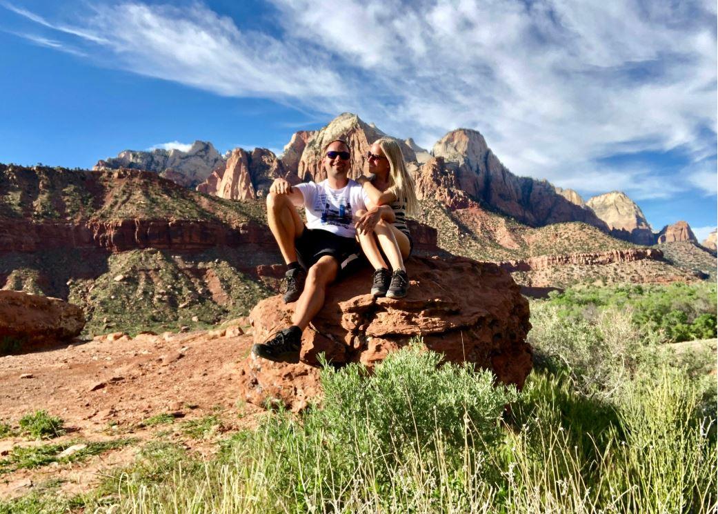 Zion Park, Nationalparks der USA, Paar sitzt auf Stein