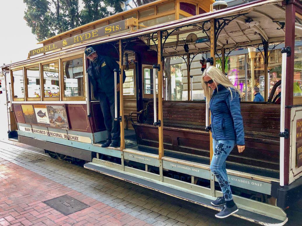 Frau fährt Cable Car