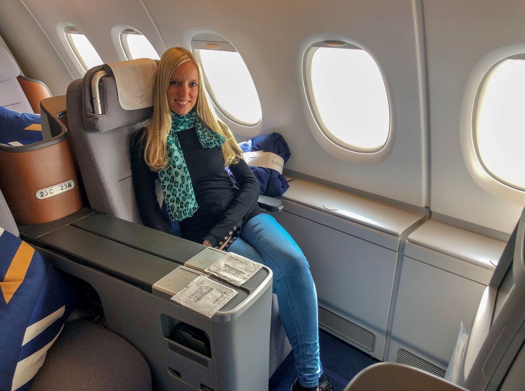 Frau sitzt in Lufthansa Business Class