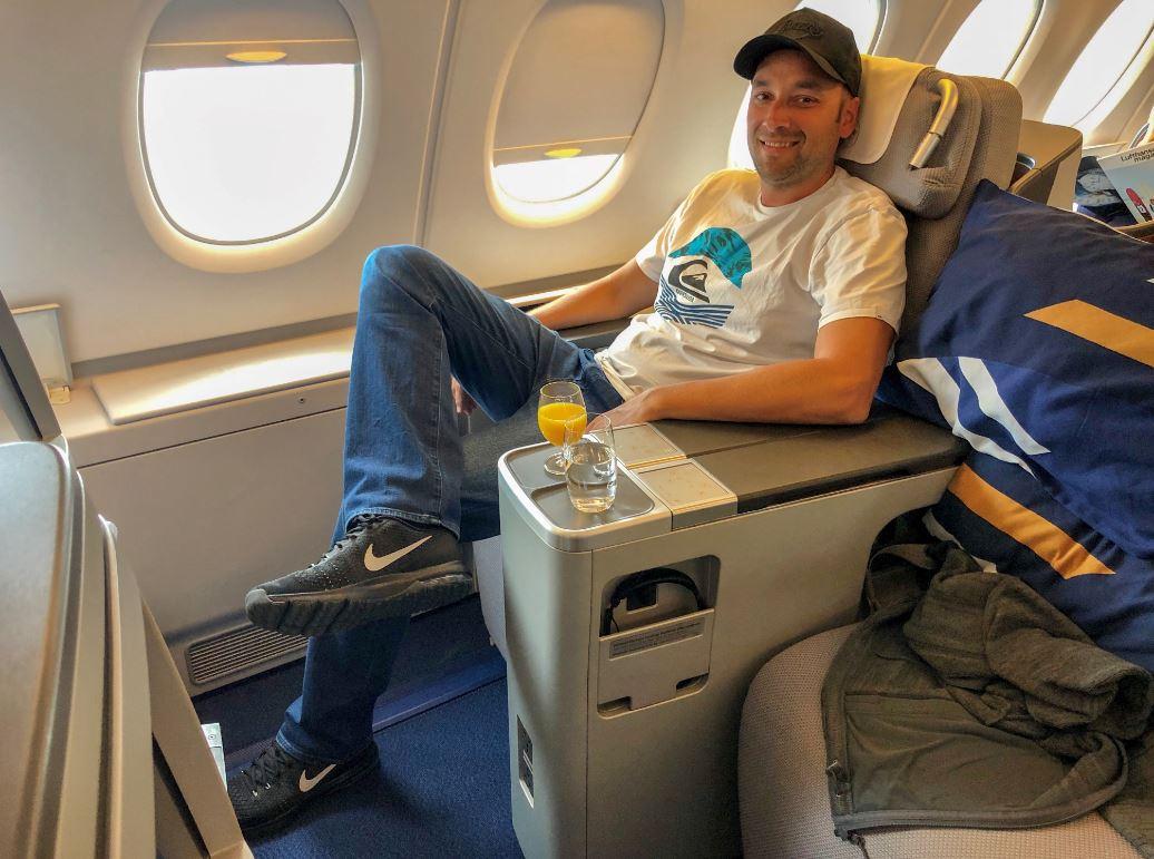 Mann sitzt in Lufthansa Business Class