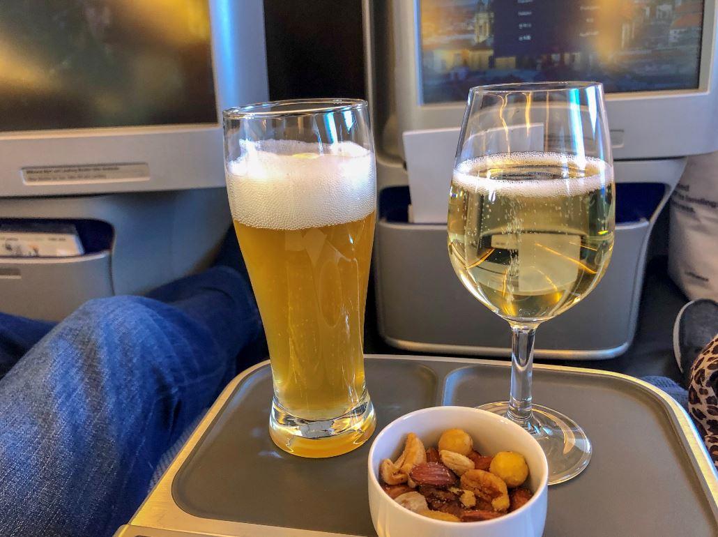Getränke und Nüsse nach dem Start im Flugzeut
