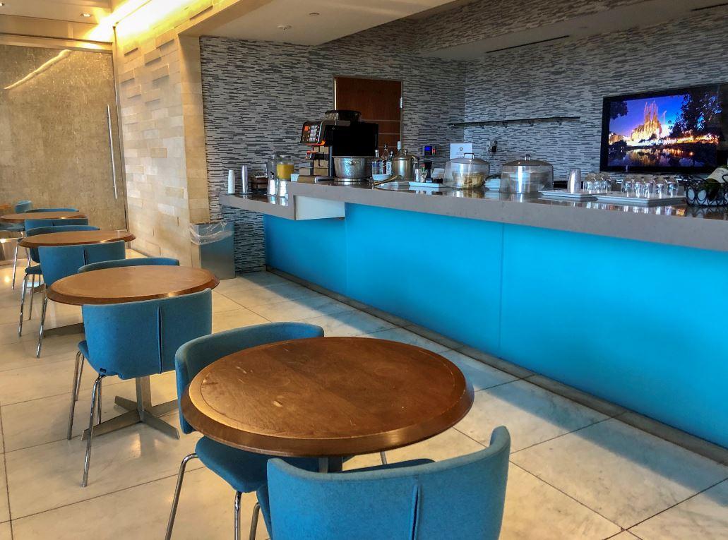 KAL Lounge Los Angeles, Blick auf blaue Stühle und Bar
