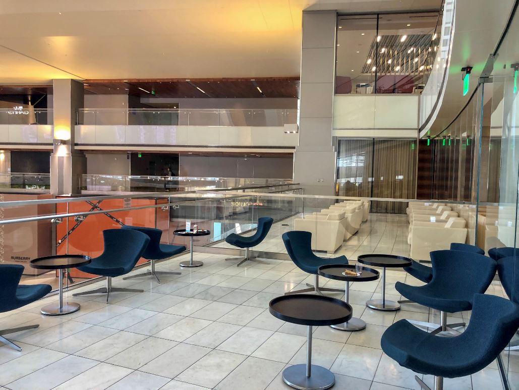 KAL Lounge von Korean Airlines in Los Angeles, Blick auf Stühle und Tische