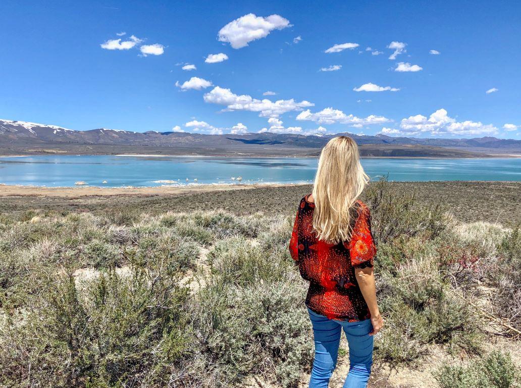 Lake Tahoe Anreise, Frau steht am Mono Lake