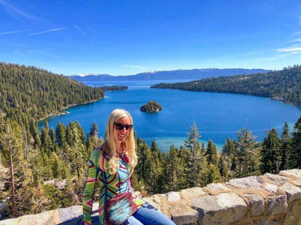 Lake Tahoe Sehenswürdigkeiten, Frau auf Mauer über See