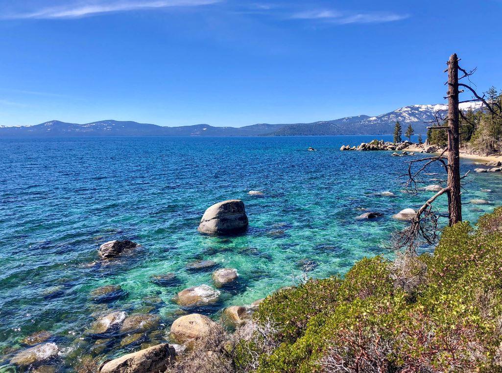 Lake Tahoe Sehenswürdigkeiten, türkises Wasser mit runden Felsen
