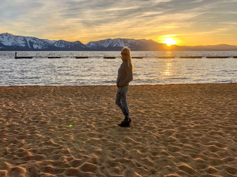 Lake Tahoe Sonnenuntergang, Frau steht vor See