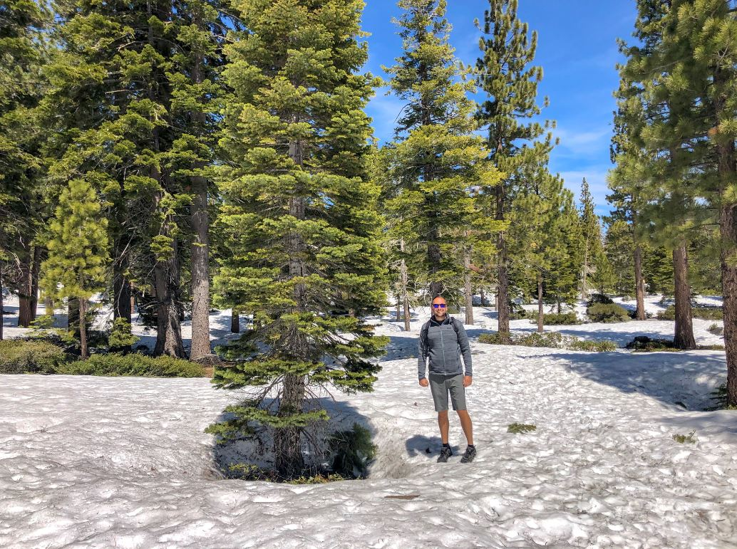 Lake Tahoe Wetter, Mann mit kurzer Hose im Schnee