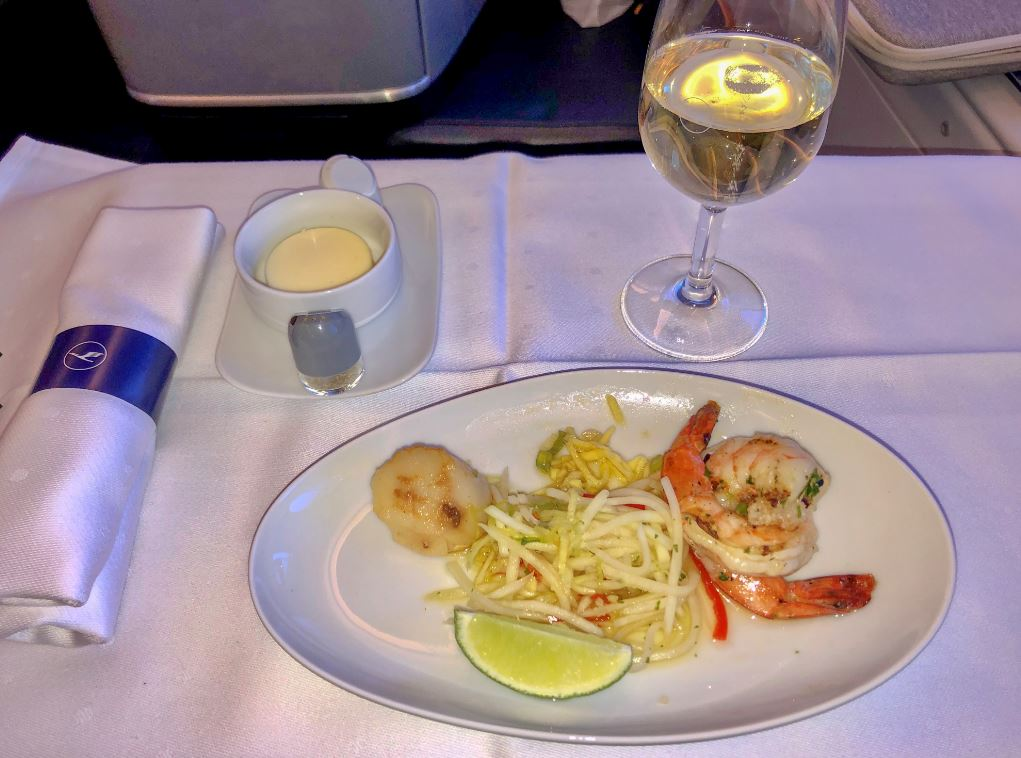 Teller mit Essen in der Lufthansa Business Class