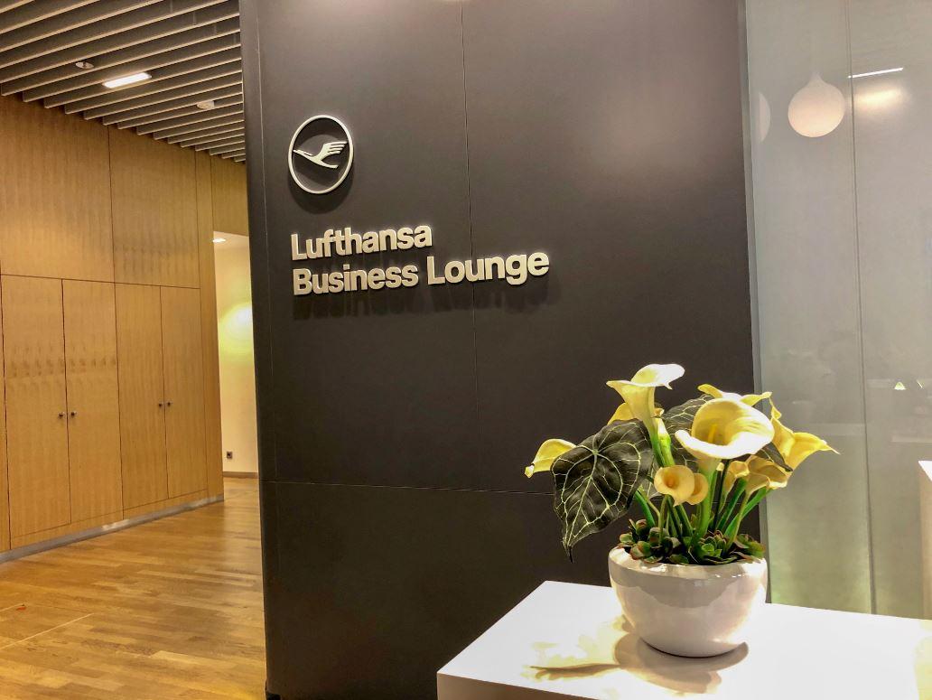 Lufthansa Lounge in München, Eingangsbereich mit Blumentopf