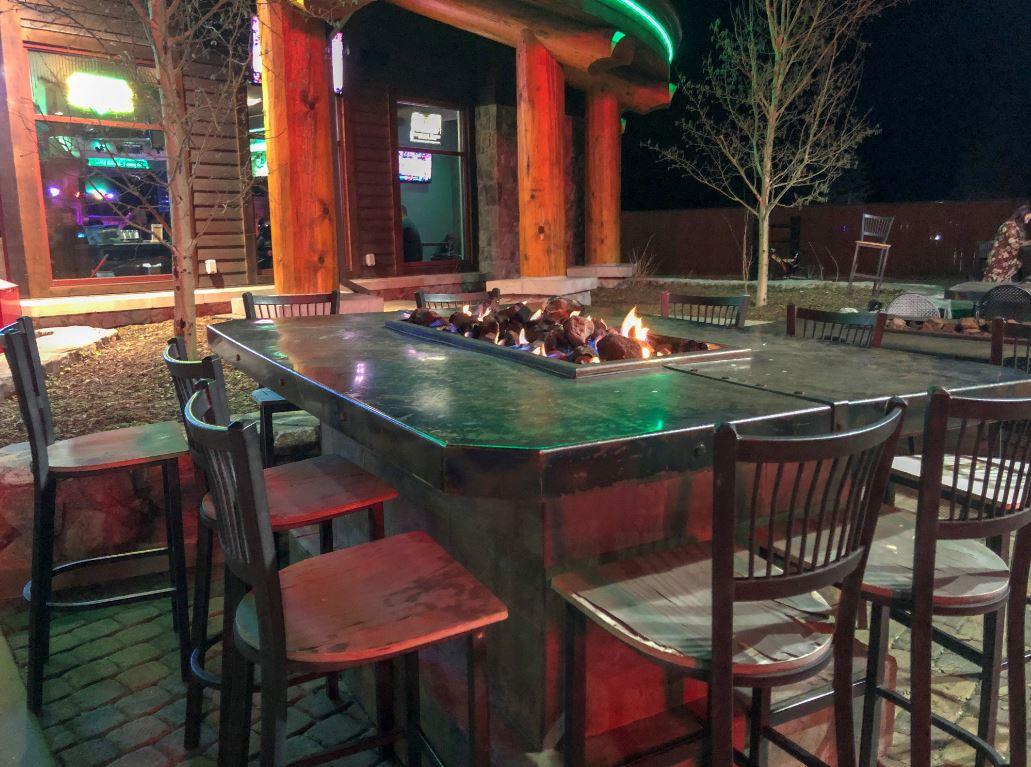 Schöne Atmosphäre in der Stadt, Tisch vor Restaurant mit Tischfeuer