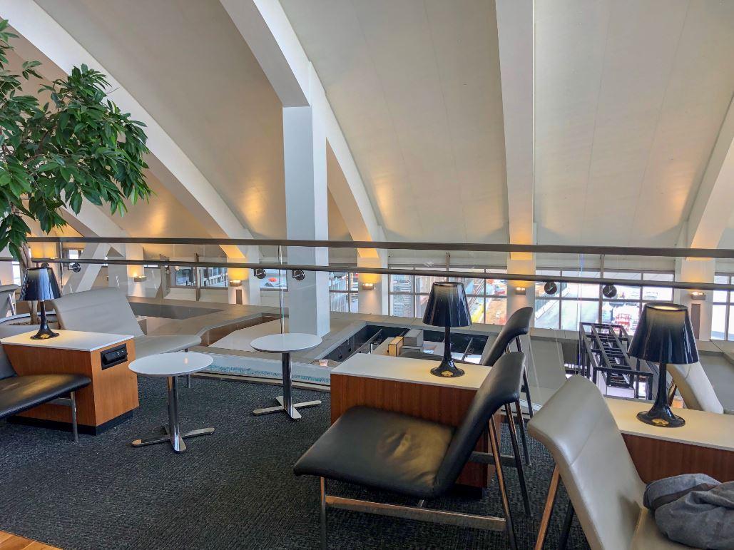 Star Alliance Lounge Los Angeles Innenbereich, Blick auf Ledersessel und Tische