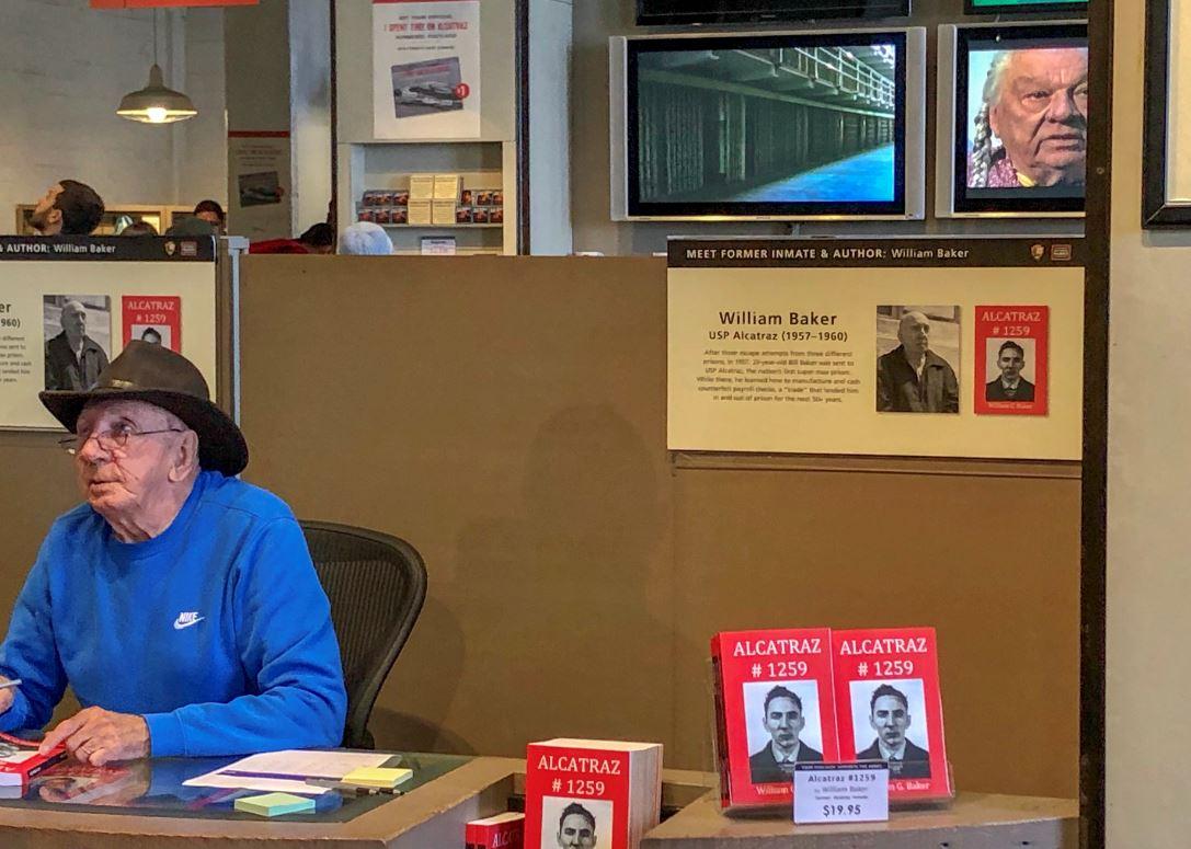 William Baker, ehemaliger Häftling auf Alcatraz signiert Bücher
