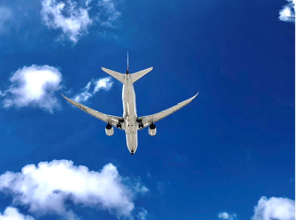 Kappadokien Flughafen, Flugzeug am blauen HImmel