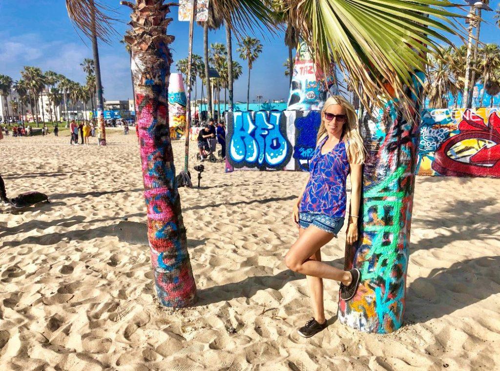 Los Angeles Sehenswürdigkeiten, Frau steht vor Palme mit Graffiti