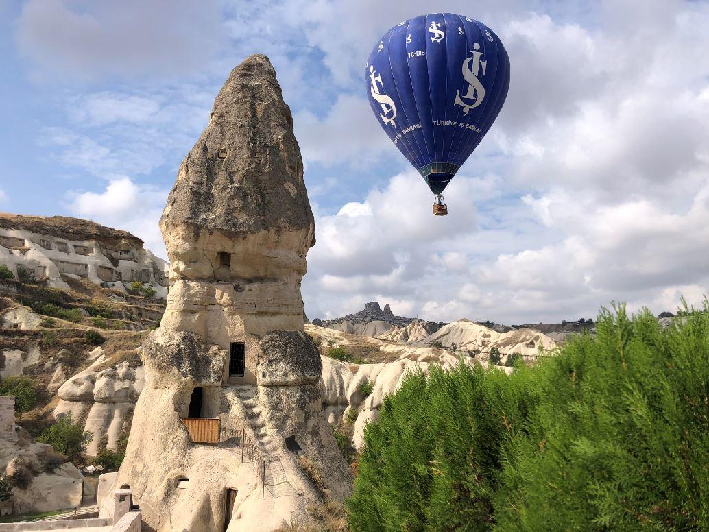 Schöne Felsen mit Heißluftballon im Hintergrund